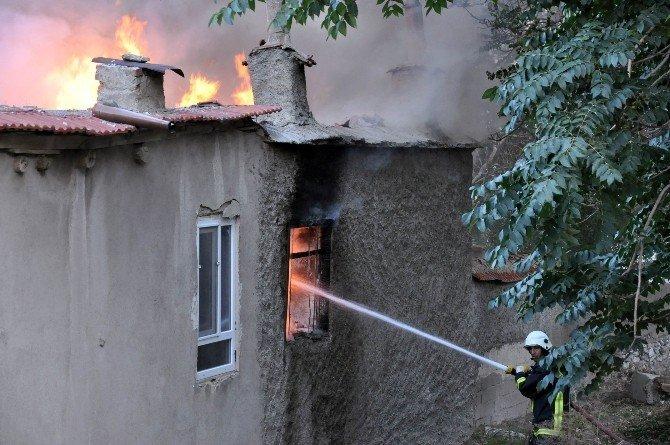 Tarihi sokakta çıkan yangın korkuttu