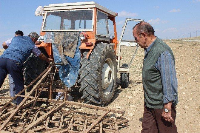 Kullandığı traktörün altında kalarak öldü