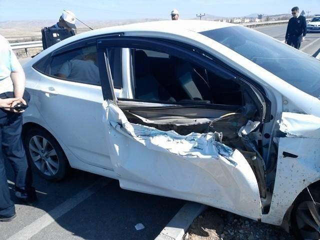 Otomobil traktörle çarptı: 1 yaralı