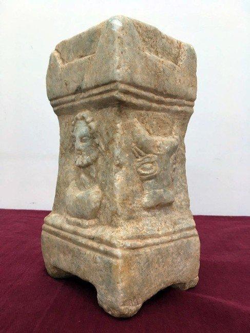 Jandarma Helenistik Dönem'e ait sunaklı mezar steli ele geçirdi