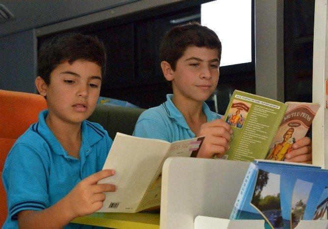 Gezici kütüphane, kitapları çocuklara ulaştırmaya devam ediyor