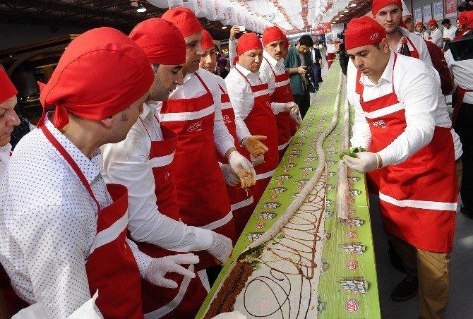 İstanbul'da 'Dünyanın En Uzun Çiğ Köfte Dürümü Rekoru' 231 metreyle kırıldı