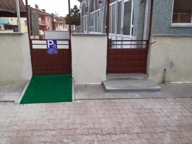 Engelli vatandaşlar için camiye engelli rampası yaptılar