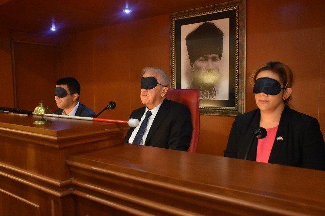 Meclis toplantısına gözleri kapalı ve ellerinde beyaz bastonla katıldılar