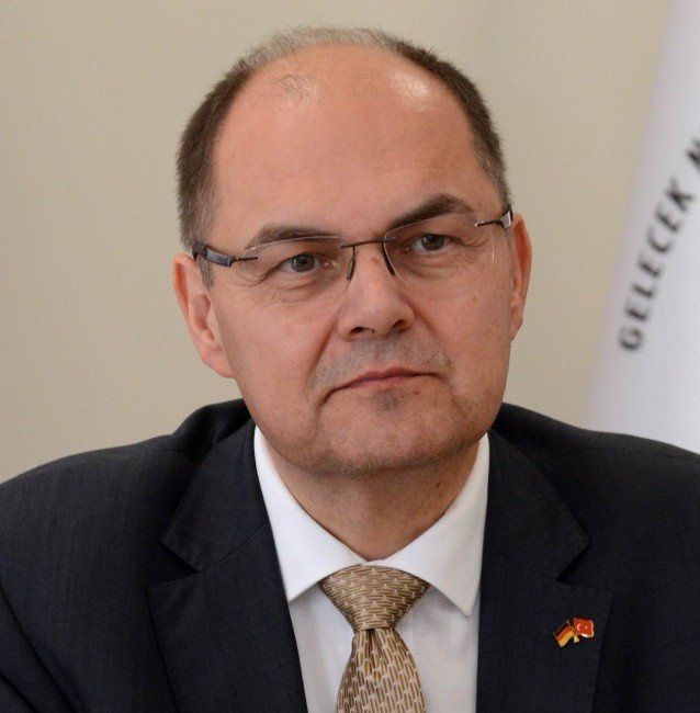Alman Tarım Bakanı Türk ve Alman bayraklı özel rozetle Antalya'da