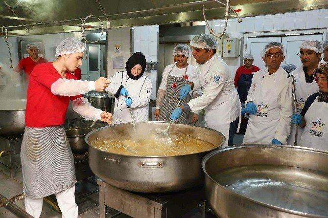 Engelli aşçılar dev kazanda yemek yaptı