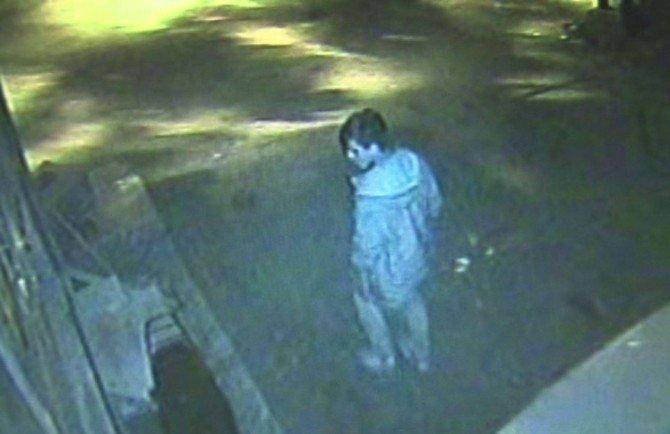 Vicdansız hırsız, engelli vatandaşın motorunu çalarken kameralara yakalandı