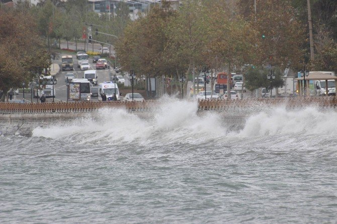 Şiddetli poyraz Marmara Denizi'nde ulaşımı olumsuz etkiledi
