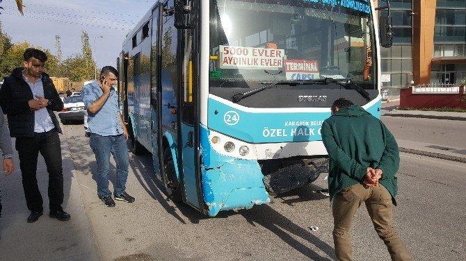 Yolcu dolu otobüs ile otomobil kafa kafaya çarpıştı