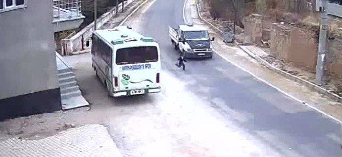 7 yaşındaki çocuk kamyonetin altından sağ çıktı