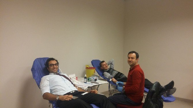 Sağlık çalışanlarından Kızılay'a kan bağışı