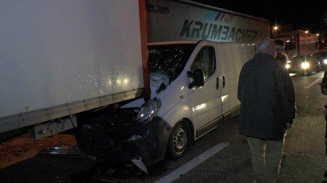 TEM'de Tuğla yüklü TIR karşı şeride geçti: 2 yaralı
