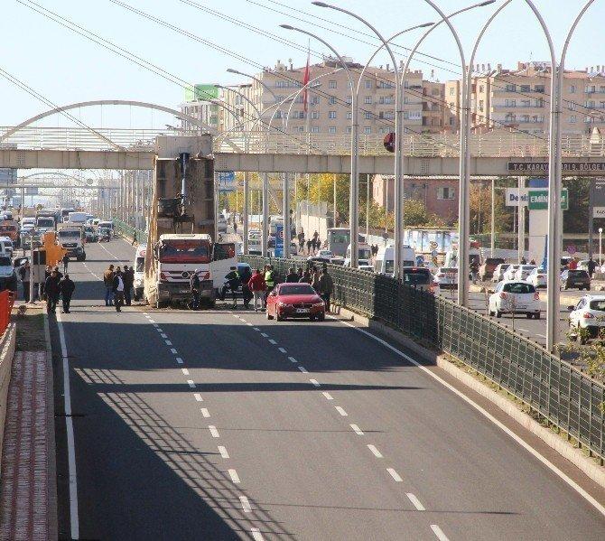 Damperi açılan kamyon üst geçide çarptı: 3 yaralı