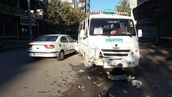 Otomobil ile yolcu minibüsü çarpıştı: 1 Yaralı