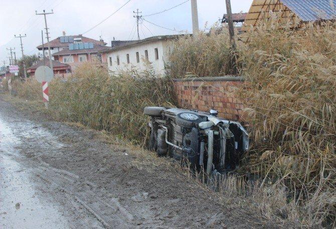 Otomobil su kanalına düştü: 3 yaralı
