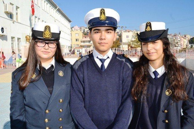 Liseli denizciler cep harçlıklarıyla çocukları güldürdü