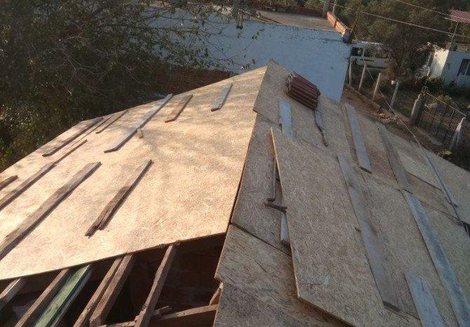 Gazinin uçan çatısı onarılıyor