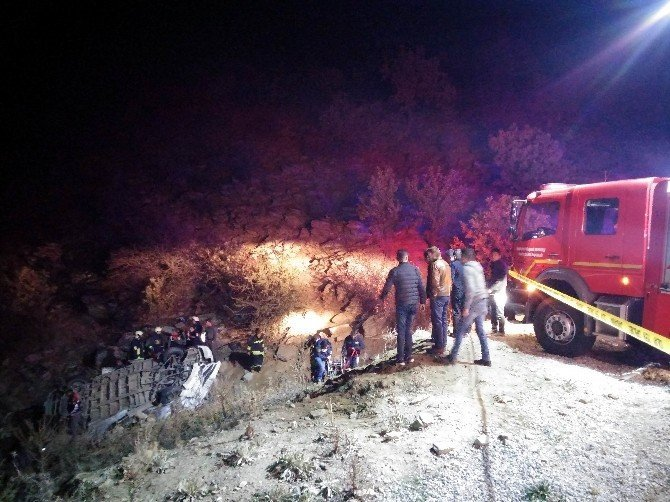 İşçi minibüsü şarampole yuvarlandı;1 ölü, 4'ü ağır 14 yaralı