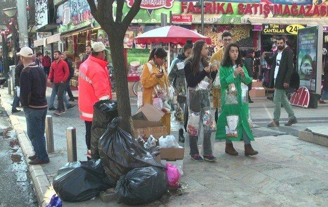 Öğrenciler çöplerini üzerlerinde biriktiriyor