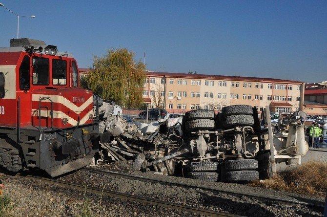 Tren lokomotifi ile beton mikseri hemzemin geçitte çarpıştı