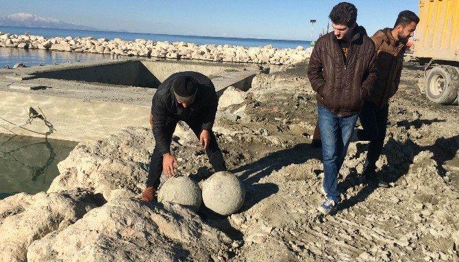 """Van Gölünden """"haç"""" figürlü taşlar çıktı"""