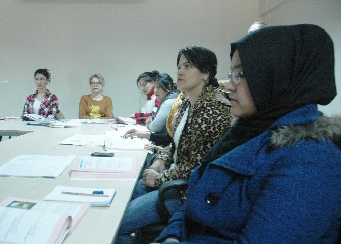 Kadın mülteciler yeni bir başlangıç için Türkçe öğreniyor