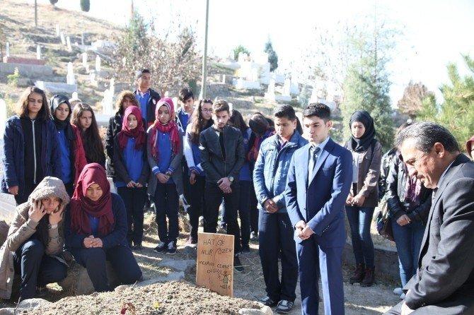 Trafik kazasında hayatını kaybeden öğretmenin mezarına ziyaret