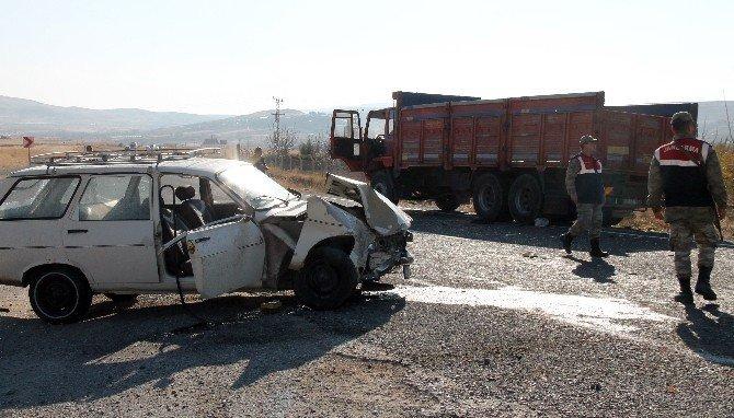17 yaşındaki gencin kullandığı otomobil, kamyonla çarpıştı: 2 ağır yaralı