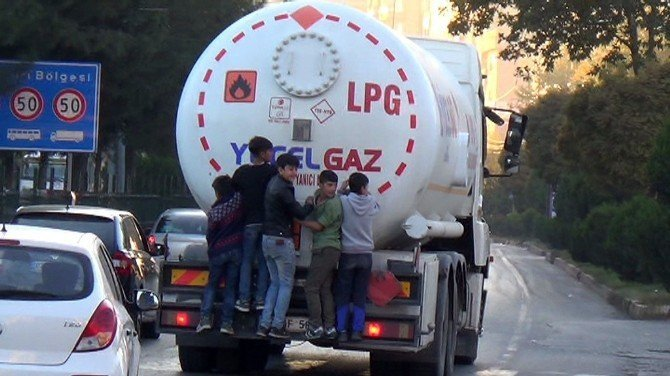 Çocukların trafikte tehlikeli oyunu