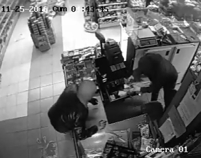 Telefonlarını da 76 bin TL çaldıkları markette şarj ettiler
