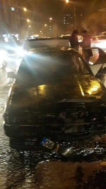 Trafik ışıklarında bekleyen otomobil yandı