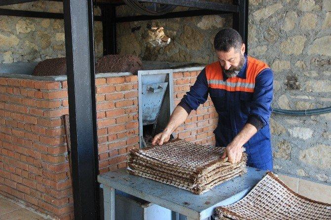 200 yıllık taş baskıda zeytin sütü üretiyor
