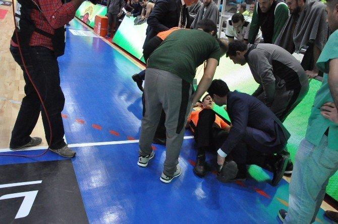 Basketbolcular hakemi sakatladı