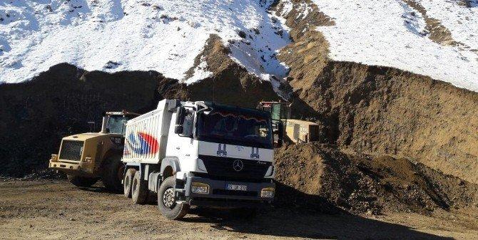 Büyükşehir kırsalda elverişsiz hava şartlarına rağmen yol yapıyor