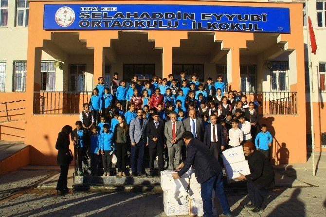 Hakkari'de kış öncesi öğrencilere sevindirildi