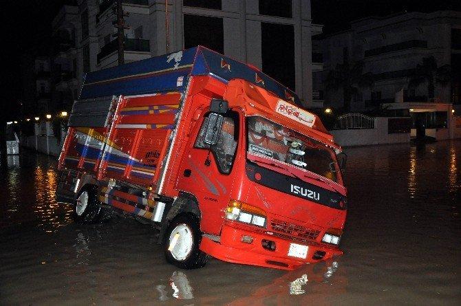 Antalya'da sağanak yağış ve fırtına