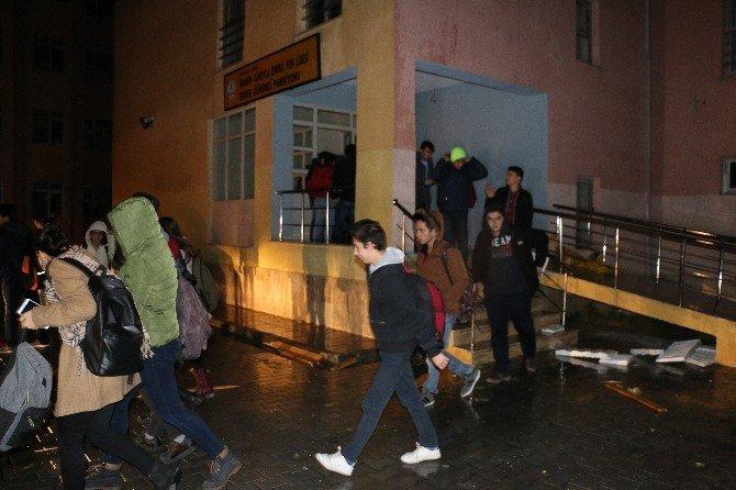 Fırtınada hasar gören pansiyondaki 38 öğrenci tahliye edildi