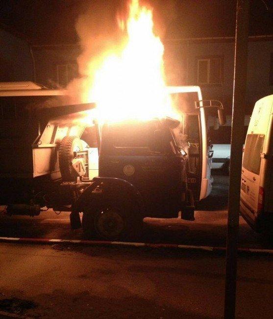Bolu'da park halindeki kamyon yandı