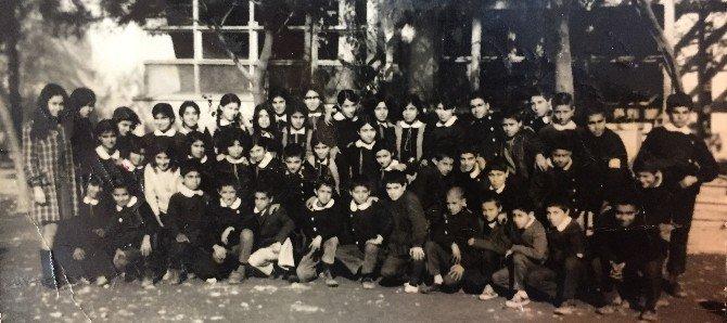 Hastane kuyruğunda beklerken 50 yıl önceki öğretmenini buldu