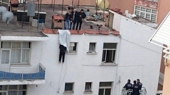 Kendini binanın çatısına astı, cesedi sabah fark edildi