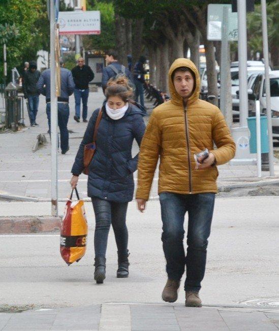 Adana'da şiddetli rüzgar hayatı olumsuz etkiledi