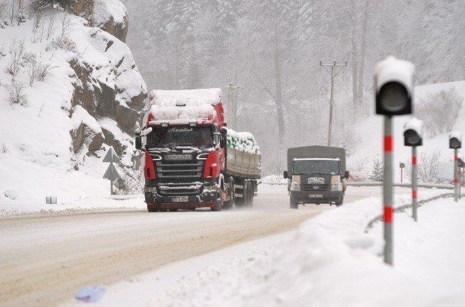 Kar ve buzlu yollar Zigana Dağı ve Geçidi'nde sürücülere zor anlar yaşatıyor