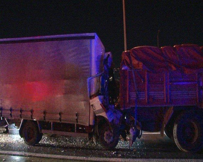 Yakıtı biten kamyona kamyonet çarptı: 1 ölü