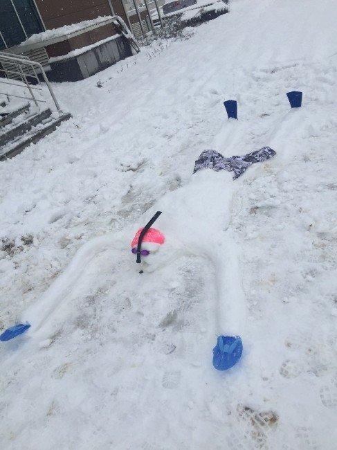 Böyle olur yüzücülerin kardan adamı