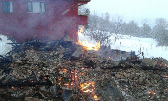 Kastamonu'da 2 katlı ahşap ev kül oldu