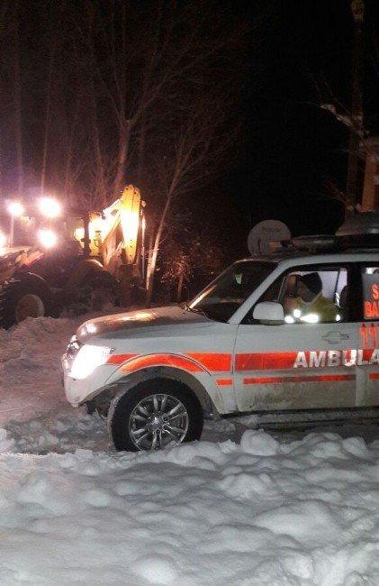 Kardan kapanan yolları açıp hastaları hastaneye ulaştırıyorlar