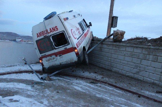 Tavşanlı'da hasta taşıyan ambulans kaza yaptı: 5 yaralı