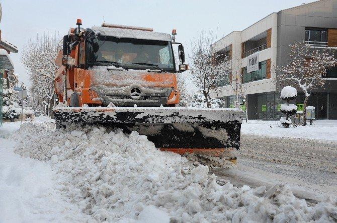 Konya Büyükşehir'in kar mesaisi 24 saat devam ediyor