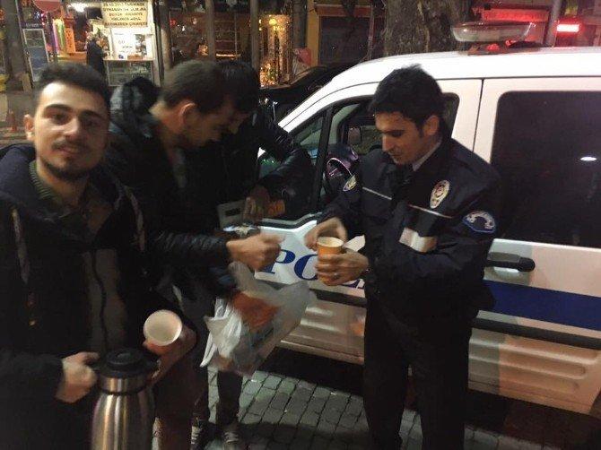 Gece nöbet tutan polislere sıcak çorba ikramı