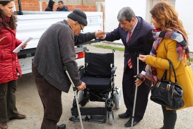 Burhaniye'de yılbaşı öncesi iki engelli vatandaşın daha yüzü güldü